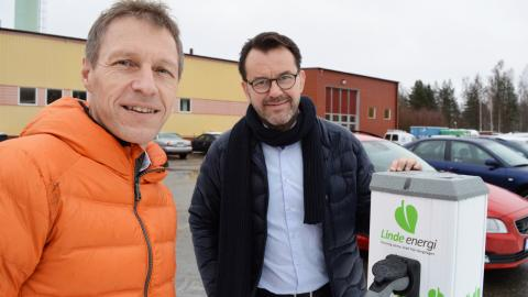 Jens Isemo, vd, och Mikael Larsson, affärsområdeschef för värme och elhandel på Linde energi menar att hela samhället måste ställa om så att bilar som körs på fossila bränslen försvinner. Bild: Rolf Larsson