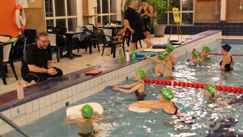 I Lindesbergs Simsällskap dominerar tjejerna. I tävlingsgruppen är medlemmarna      10-20 år och satsningen framåt är tydlig. Tränare Anders Hodell till vänster är genuint lycklig över gruppen. Till höger på torra land står tränare Roger Helin.