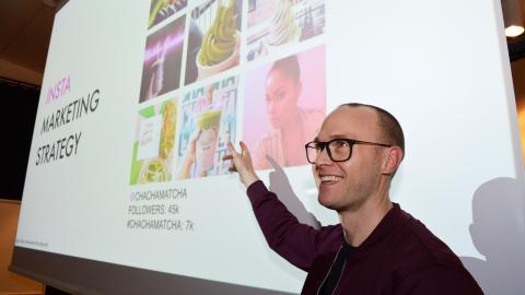 Johan Swahn är expert på hur vi upplever         verkligheten genom våra sinnen. Här visar han exempel på hur Instagram-bilder på coola måltider på coola restauranger fungerar.  Bild: Rolf Larsson