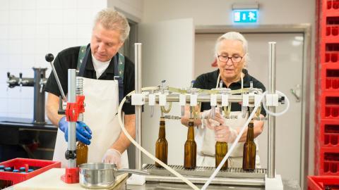 Arne och Ingrid Holm är pensionärer, men hade en dröm om att bli bryggare. Sedan 2013 är de det. Arne arbetade tidigare som bildlärare och Ingrid på apotek.