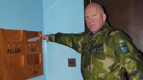 Överstelöjtnant Jonny Börjesson vid Nordkoreas brevlåda. Dörren bakom honom går direkt in i Nordkorea medan han går in från Sydkorea.   Bild: Gunnar Wesslén