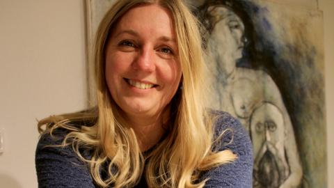 En av Lindesbergs kommuns kultursekreterare – Sara Sporre. Hon har sitt kontor i biblioteket och här trivs hon bra. Bild: Maria Eremo
