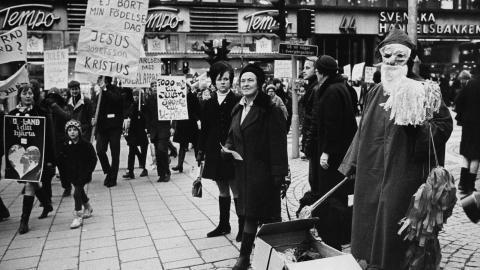 1968 protesterade människor mot de enorma summor pengar som folk spenderade på julhelgen. Då omsatte julhandeln 1,5 miljarder kronor. Idag beräknas summan bli 51,1 miljarder.  Bild: Freddy Lindström/TT