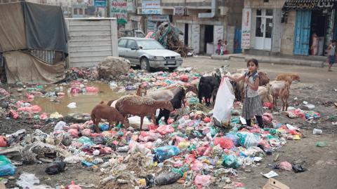 En flicka rotar bland soporna på en gata i Saana, Jemen. Krisen i landet är den mest akuta just nu. Mer än 70 procent av befolkningen är i behov av humanitär hjälp.  Bild: Hani Mohammed/AP