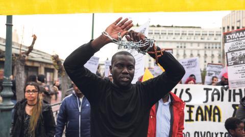 I den grekiska huvudstaden Aten demonstrerade människor under helgen mot EU:s migrations- och flyktingpolitik. Bild: Yorgos Karahalis/AP