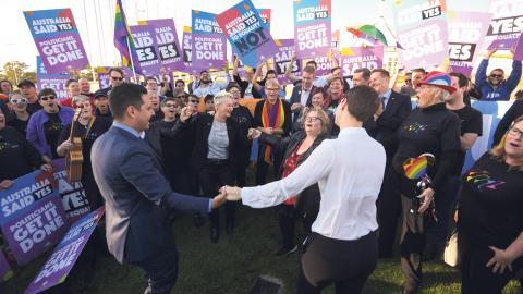 Efter omröstningen firades det stort utanför parlamentets representanthus. Bild: Lukas Coch/AAP