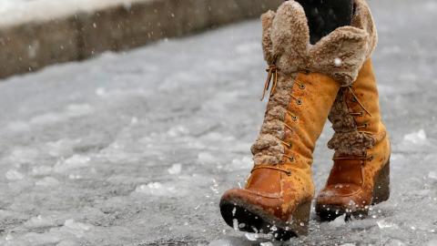 Det blir varmare. Det betyder fler värmeböljor i länet och mer regn under vintern. Det gör att vi får fler dagar där temperaturen ligger kring noll, vilket ökar risken för halkolyckor och bilolyckor.  Bild: Julio Cortez/AP/TT