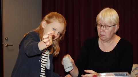 """Hilda Bendixen får hjälp av ledaren Eva-Lotta Staffas att sy en kjol till en barbiedocka. """" Vi undviker färdiga mallar för det vi tillverkar, meningen är att barnen ska tänka själva"""",  säger Eva-Lotta Staffas.  Bild: Sigrid Asker"""
