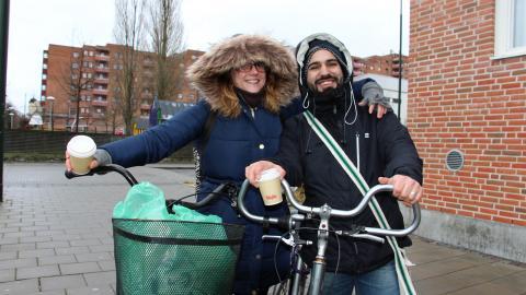 Natalie Salmon och Xavier Rodrigues med en oväxlad cykel respektive mammas cykel.  Bild: Jenny Wickberg