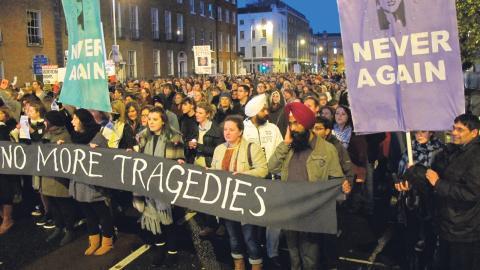I november 2012 dog en 31-årig kvinna av blodförgiftning efter att ha blivit nekad abort på ett sjukhus i Dublin. Massiva protester följde mot den stränga irländska abortlagen. Bild: Shawn Pogatchnik/AP/TT