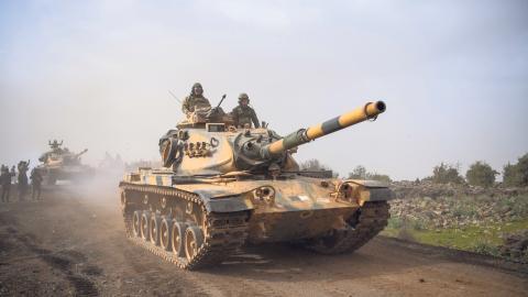 Turkiska stridsvagnar passerar gränsen till Syrien och enklaven Afrin som kontrolleras av syrienkurdiska styrkor som fått stöd av USA under det pågående Syrienkriget.  Bild: Lefteris Pitarakis/AP/TT