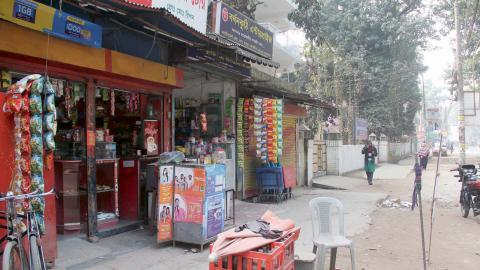 En gata i den lilla staden Nankar i norra Bangladesh. Här hyr Nayeems hustru ett litet hus där hon bor med parets två barn, med hjälp av de pengar han tjänar som gatuförsäljare i Italien. Men under de senaste sju år har familjen inte kunnat träffas.  Bild: Rafiqul Islam Sarker/IPS