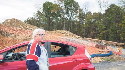 Ellen Gerhart besöker en plats nära sitt hem där pipelinen Mariner East 2 håller på att anläggas. Hon protesterar mot att pipelinen ska dras över hennes marker. Bild: Christina Sjögren