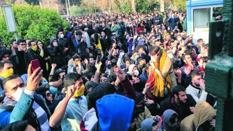 """""""Folk sitter inte och väntar på den perfekta säkra tiden för att göra uppror. Det är de progressiva krafterna i samhället som bör skapa grundförutsättningar för en demokratisk övergång"""", skriver debattören. Bild Ebrahim Noroozi/AP/TT"""