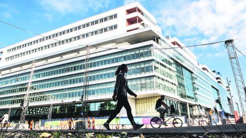 """""""Det extremt dyra OPS-avtalet och miljardrullningen kring Nya Karolinska måste få ett slut"""", skriver debattören. BILD: Tomas Oneborg/SvD/TT"""