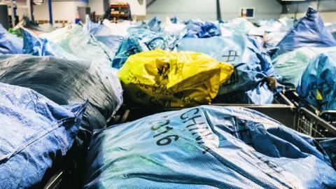 Genom en avgift på paket från Kina kan arbetssituationen för handelsanställda förbättras och rättvisa villkor för konkurrens skapas, skriver debattören. Bild Magnus Hjalmarson Neideman/SvD/TT