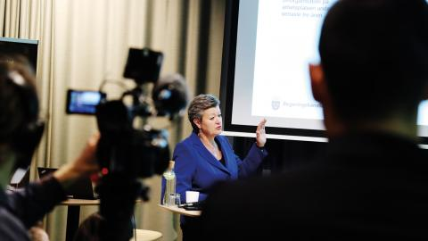 Arbetsmarknadsminister Ylva Johansson under en pressträff gällande hamnkonflikten.  Bild: Adam Ihse/TT