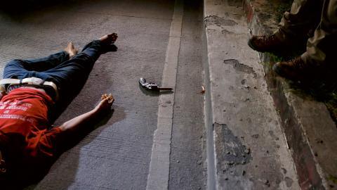 Ett av offren för Kriget mot knarket i Manila. Ingen vet om revolvern vid hans sida verkligen tillhörde honom eller om den planterades av polisen.  Bild: Bullit Marquez/AP