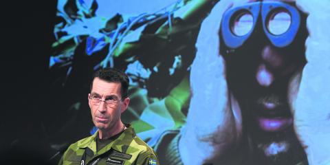 """""""Kärnvapenfrågan finns dock inte med i programmet. Det är ologiskt och djupt oroande"""", skriver debattören. På bilden överbefälhavare Micael Bydén vid Folk och Försvars rikskonferens i Sälen förra året.  Bild: Pontus Lundahl/TT"""