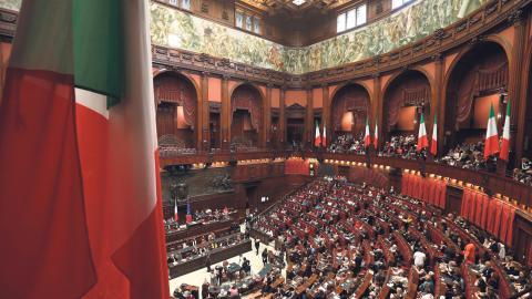 Under konferensen i det italienska parlamentet på den internationella dagen mot våld mot kvinnor den 25 november fylldes den nedre kammaren av kvinnor.  Bild: Gregorio Borgia/AP