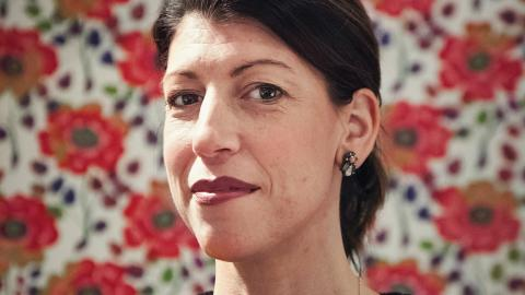 """""""Vi lever i en farlig tid, där vi tar demokratin för självklar i Sverige. Vi har haft den länge och varit skonade från krig. Då kan man slarva med att känna empati för sina medmänniskor"""", säger Jessica Bab Bonde. Nedan syns utdrag ur hennes bok."""