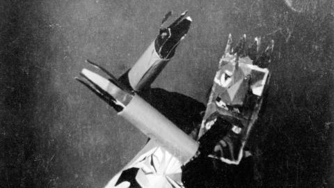 Sophie Taeuber-Arp dansar på Cabaret Voltaire 1916. – Bilden har ett sånt roligt uttryck – rörelsen, masken och de här knasiga armarna! Det är klart att folk tyckte att det var uppseendeväckande, säger Brita Täljedal, intendent på Bildmuseet.  Bild: Bildmuseet.