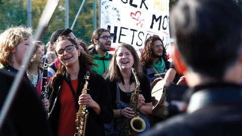 Musikaliska motdemonstranter på väg mot Heden inför Nordiska motståndsrörelsens (NMR) demonstration i centrala Göteborg 30 september 2017. Foto: Thomas Johansson/TT