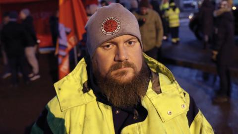 Erik Helgesson, förbundsstyrelseledamot i Hamnarbetarförbundet, kallar arbetsmarknadsministern Ylva Johanssons (S) förslag om att tumma på strejkrätten för avtalsshopping. Foto: Adam Ihse / TT