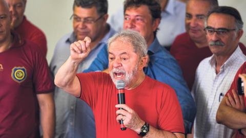 Efter Brasiliens ex-presidents dom väntas nyliberal seger i årets val, men trots domen har Lula inte givit upp planerna på att ställa upp i presidentvalet. Här ses 72-åringen kampanja. Bild: Marcelo Chello/AP/TT
