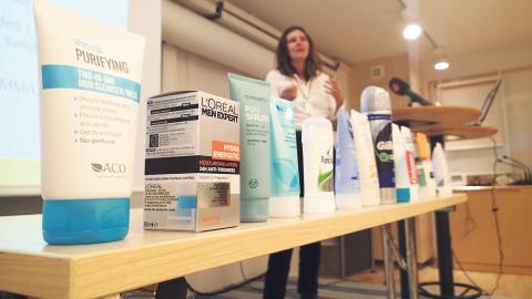 I Storbritannien är det förbjudet att tillverka kosmetiska produkter som sköljs av och som innehåller mikroplaster. I juli blir det även förbjudet att sälja produkterna i landet.  Bild: Marko Säävälä/TT