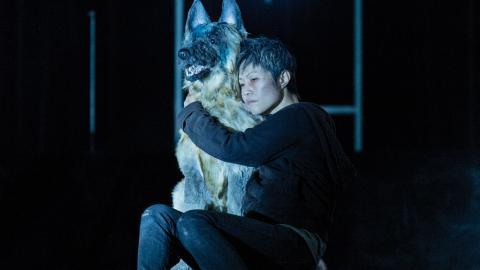 Motherdog är en mörk och rå föreställning om samhällets utstötta individer. Foto: Ola Kjelbye/Press