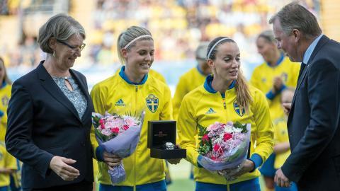 Olivia Schough (50 matcher) och Kosovare Asllani (100 matcher) prisades innan fotbollslandskampen mellan Sverige och Mexiko på Falkenberg Arena 8 juli. Foto: BJÖRN LARSSON ROSVALL / TT
