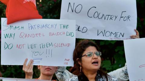 Aktivister från Awami Workers Party protesterar mot mäns våld mot kvinnor.  Bild: Anjum Naveed/AP