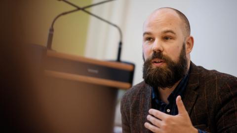 """""""Socialdemokraterna har glidit så mycket åt höger under den senaste tiden att det jag står för har blivit väldigt radikalt"""", säger Daniel Suhonen.  Bild: Vilhelm Stokstad/TT"""