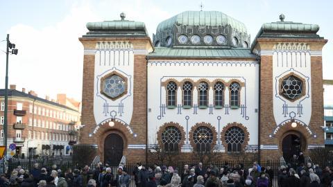 """""""De senaste veckorna har vi bevittnat flera sammankomster där grovt antisemitiska slagord skanderats, vi har sett synagogor i Malmö och Göteborg attackeras med brandbomber och nu senast har moskéer i Säffle och på Södermalm utsatts för skadegörelse."""" BILD: Emil Langvad/TT"""
