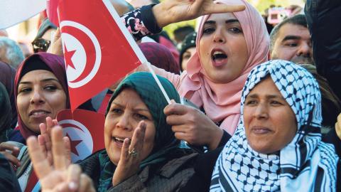 Tunisiska kvinnor under sjuårsfirandet av revolutionen tidigare i januari. Samtidigt tilltar de      folkliga protesterna mot den ekonomiska politiken i landet.  Bild: Hassene Dridi/AP/TT