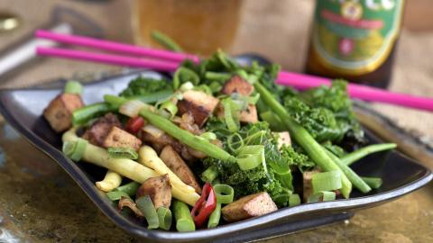 Marinerad tofu med ingefärsbönor och grönkål.  Foto: Janerik Henriksson/TT