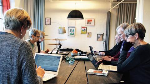 På vänster sida av bordet sitter Therese van Barnevald, Lisbeth Karlsson och Kristina Wallander. Längs med den högra sitter Anna Selme, Per Andersson och Björn Reilund. Deltagarna droppar in allt eftersom under de fyra timmarna som skrivstugan är igång. Foto: Caroline Axelsson