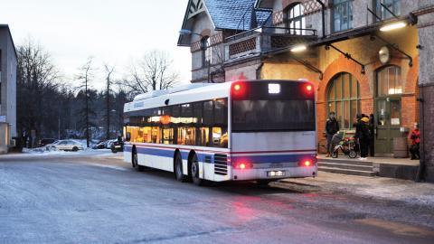 Fagerstalinjen trafikerar gatorna. Den 1 april blir det gratis att hoppa på bussen.  Bild: Joni Nykänen
