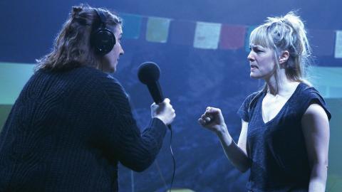 Elin Bornell och Anna Harling under en repetition. Föreställningen är ingen a till ö-historia. Skådespelarna gör istället nedslag i barnens historier.  Foto: Caroline Axelsson