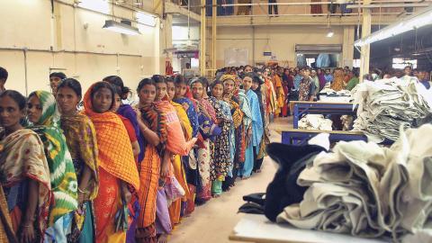 l Bangladeshs textilindustri är kanske mest känd för de svåra arbetsvillkoren och den fruktansvärda tragedi som 2013 inträffade vid fabriken Rana Plaza i Savar.  l Men industrin har även gett många kvinnor en ny möjlighet att tjäna pengar på egen hand. Bild: Manish Swarup/AP/TT