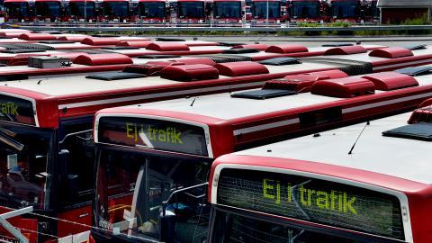 Trots att forskningen är tydlig med att höjda    biljettpriser har åtminstone en bromsande effekt på kollektivtrafikresandet, har det politiska styret i flera regioner höjt priserna mångdubbelt jämfört med konsumentprisindex. Bild: Tomas Oneborg/SvD/TT