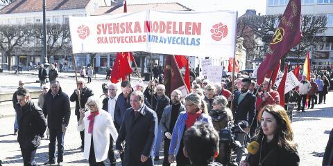 """""""Vi måste vara stoltare och starkare på de punkter som gör oss till det parti vi är"""", skriver dagens debattör. På bilden statsminister Stefan Löfven under 1 maj-tåget i Landskrona förra året.  Bild: Emil Langvad/TT"""