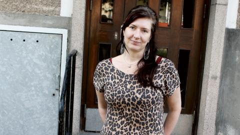 Emma Stormdal är sedan i somras tillbaka i arbete, men tvingades under många år leva på försörjningsstöd efter att hon drabbats av en allvarlig hjärnblödning.  Bild: Jörgen Lund