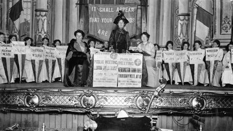 Emmeline Pankhurst, grundare av den militanta kvinnorörelsen Women's Social and Political Union, talar på ett WSPU-möte. Bild: LSE Library