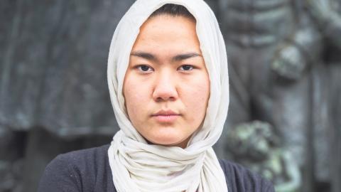"""""""Hela världen säger att det är för farligt att återvända till Afghanistan. Men Sverige sänder ändå tillbaka flyktingar dit. Det är ledsamt att våra politiker inte väljer mod och ledarskap"""", säger Fatemeh Khavari, talesperson för Ung i Sverige.  Bild: Elin Björklund"""