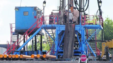 Jönköpingsbolaget Big rock energy fått tillstånd att leta efter olja och gas i Stenstorp utanför Falköping. Bilden från utvinning av olja och gas i Pennsylvania, USA. Bild: Keith Srakocic/AP/TT