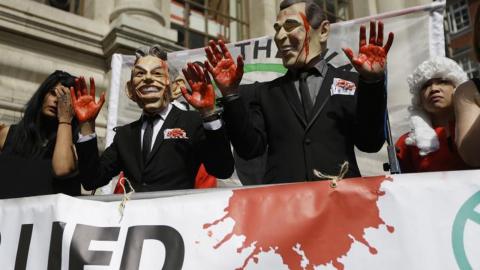 En rad rapporter och utredningar har kommit till liknande slutsatser: Bush och Blair gick ut i krig på falska grunder och utifrån känsloargument. Här en demonstration i samband med att brittiska Chilcot-rapporten släpptes 2016. Bild: Matt Dunham/TT