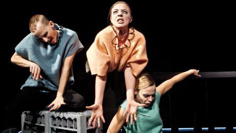 Helena Gezelius, Sara Klingvall och Eddie Mio Larson gestaltar Nina Hemmingssons mörka och humoristiska serievärld. Foto: Lina Ikse
