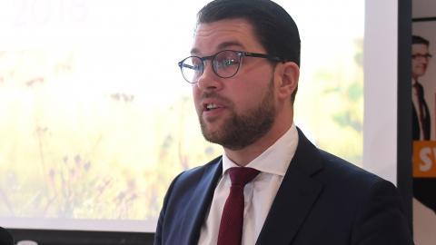 Sverigedemokraternas partiledare Jimmie Åkesson presenterar Sverigedemokraternas valplattform vid en presskonferens på torsdagen. BILD: Fredrik Sandberg/TT
